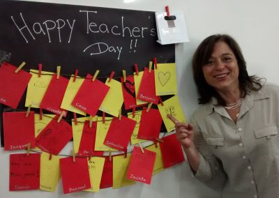 Jacqueline con cartas de alumnos