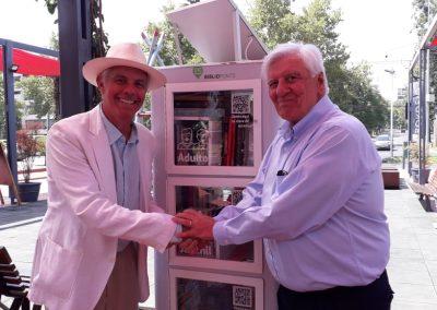 Junto al alcalde Raúl Torrealba inaugurando los Bibliopuntos en Vitacura